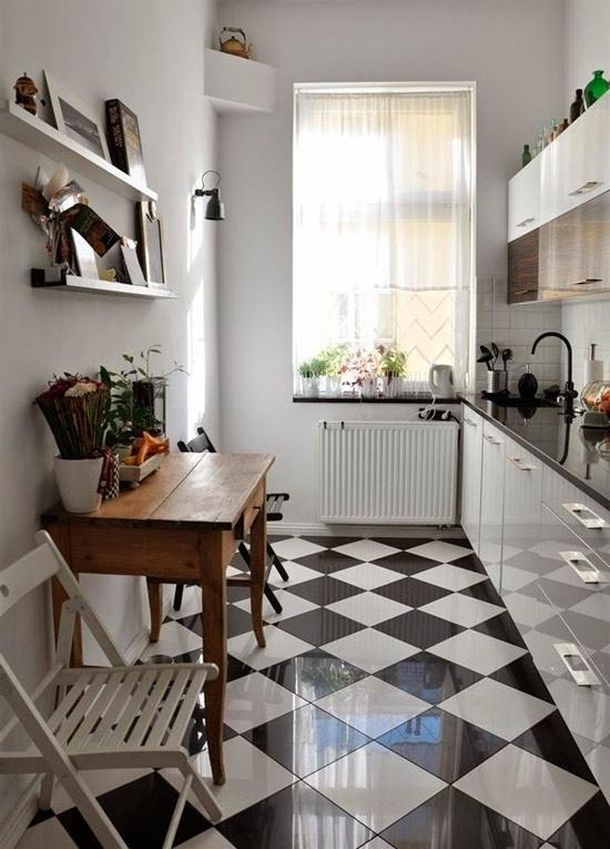 Диагональная укладка чёрно-белой плитки на полу кухни