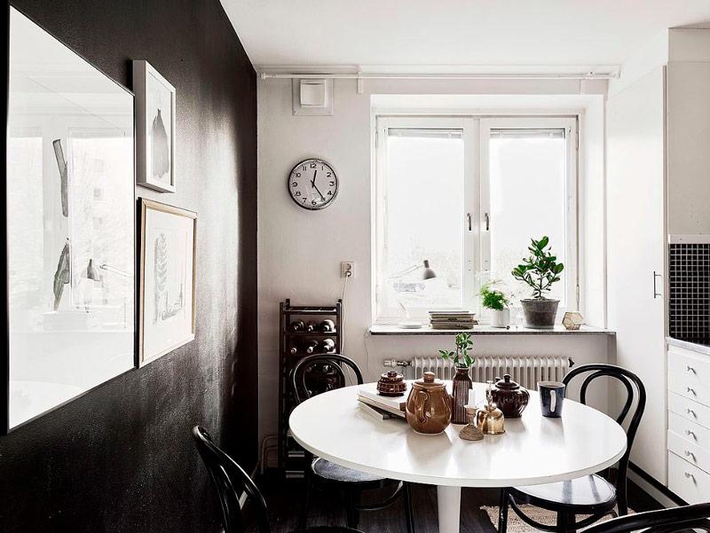 Чёрно-белая кухня с превалирующим белым цветом
