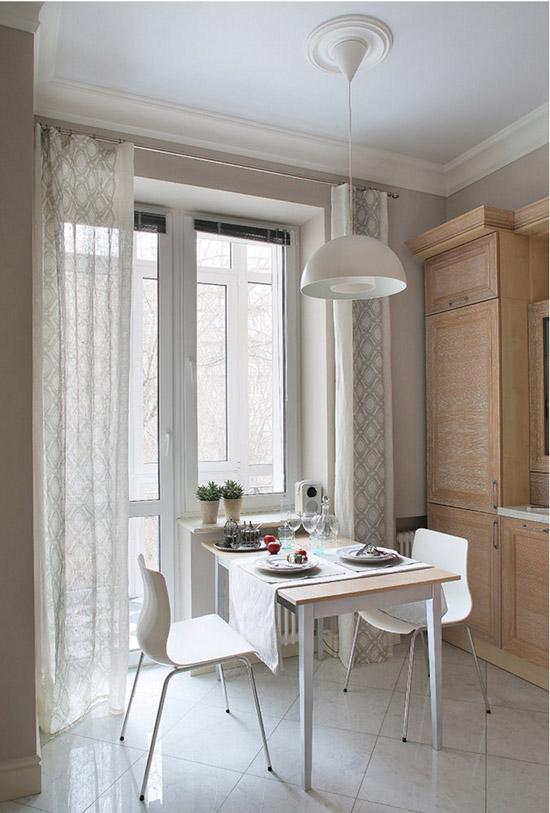 Дизайн кухни с окном – стол у окна