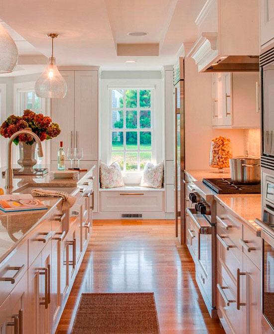 Дизайн кухни с окном – зона отдыха у окна
