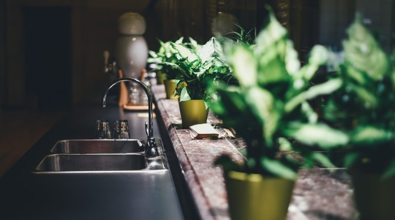 Как организовать пространство на кухне возле раковины