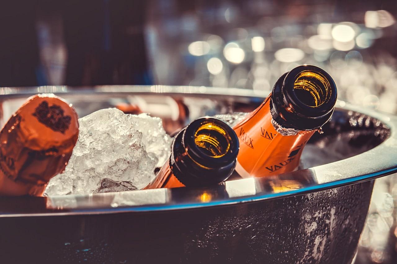Употреблять алкоголь в новогодние праздники или нет, есть жирную пищу или лучше кефир