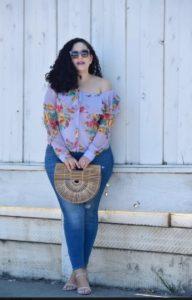 Джинсы большого размера с блузой в цветочный принт