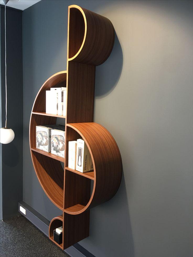 Книжная полочка на стену в виде скрипичного ключа