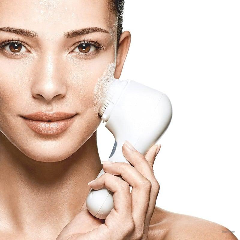 Очищение кожи на лице при помощи щетки